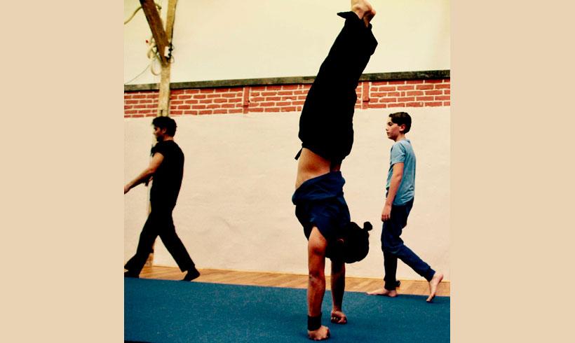 Adolescent effectuant un équilibre