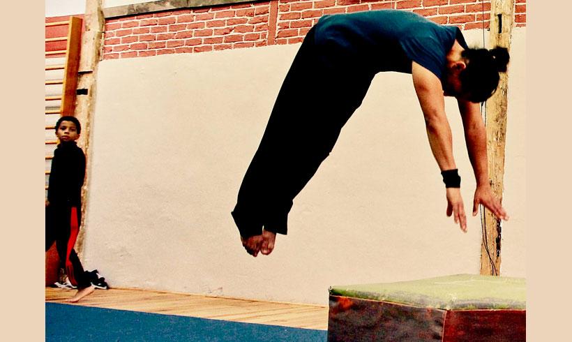 Adolescents effectuant un salto avant