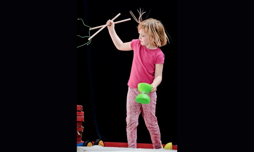 Petite fille entrain de jongler au diabolo