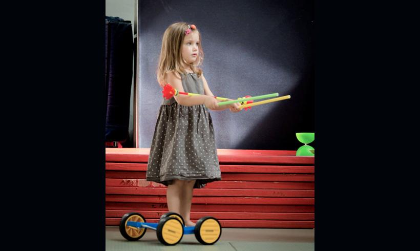 Petite fille entrain de jongler