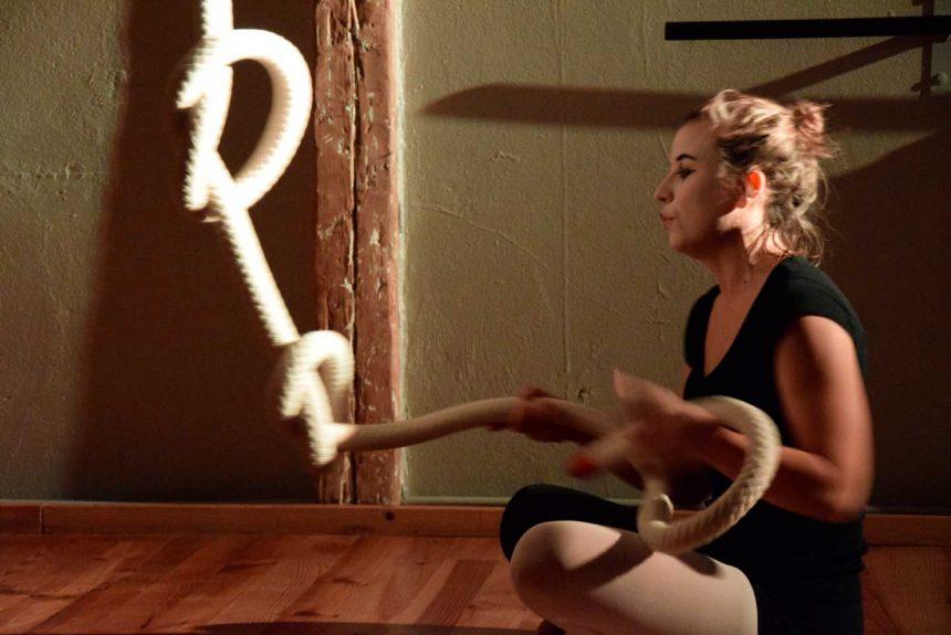 Femme avec corde