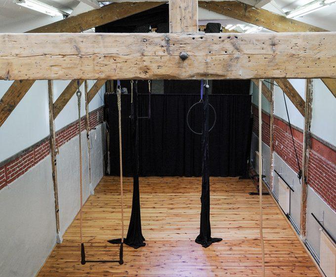 Grande salle de travail avec agrès cirque