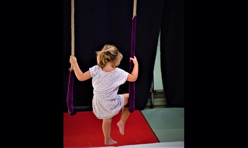 Petite fille sur tapèze