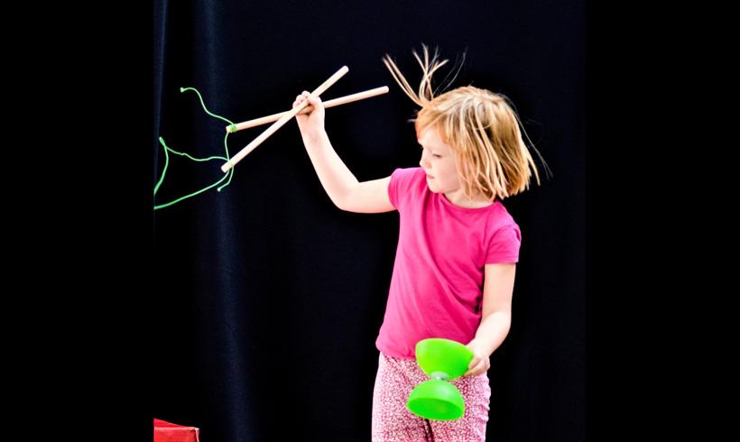 Enfant jonglant avec diabolo