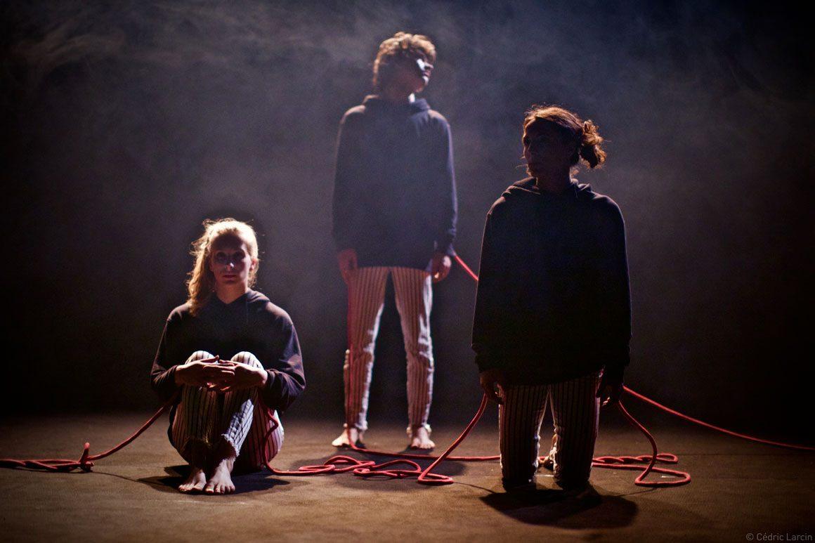 Trois personnages contre éclaierés