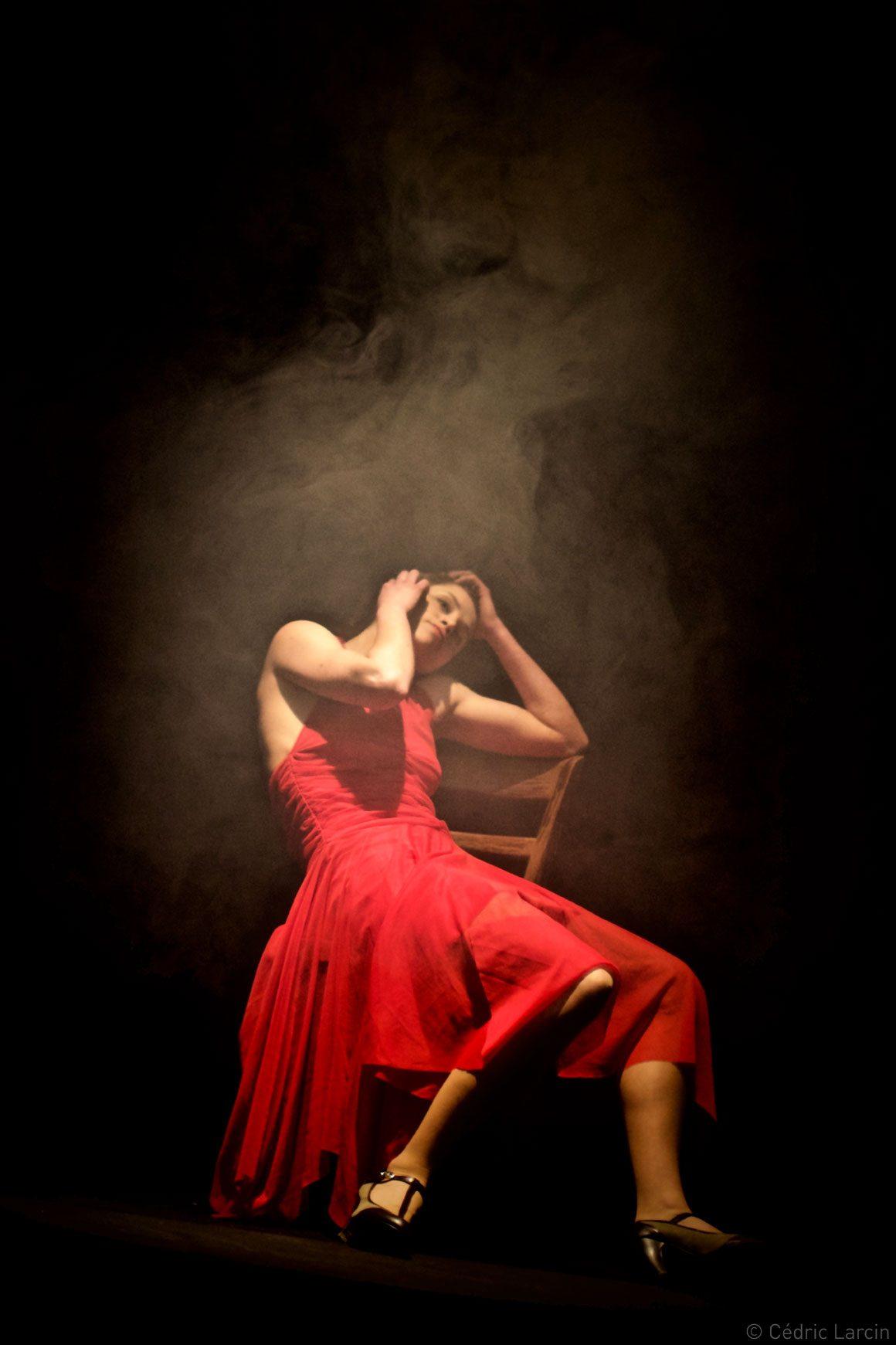 Femme en robe rouge sur chaise