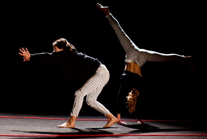 Élèves numéro d'acrobatie équilibre
