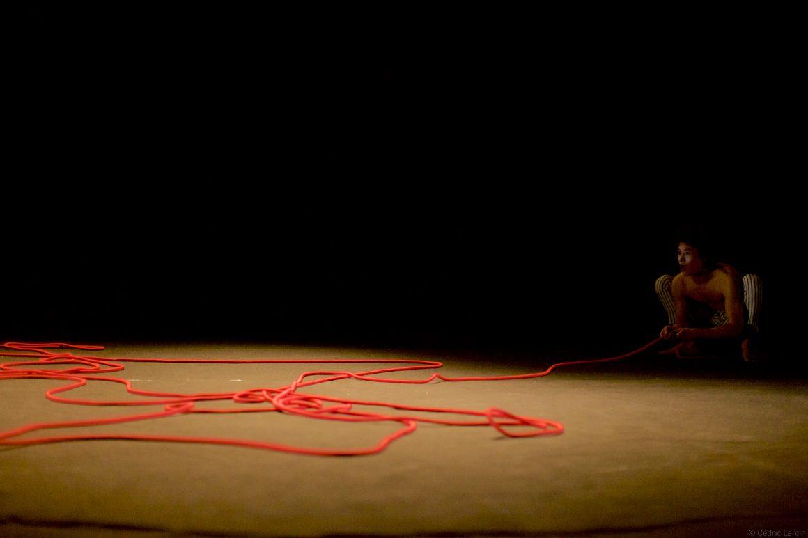 Espace de la scène avec corde rouge